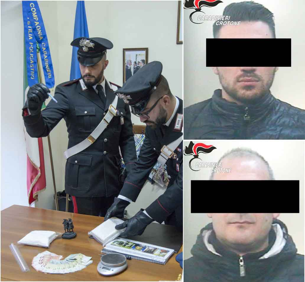 I carabinieri con la droga sequestrata, nel riquadro i due arrestati Lazzaro e Carvelli