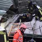 Una donna ferita viene soccorsa sul treno deragliato a Segrate