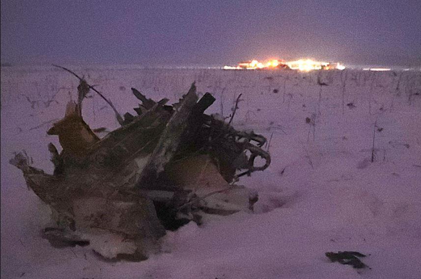 Un rottame dell'aereo precipitato alla periferia di Mosca - Antonov AN-148