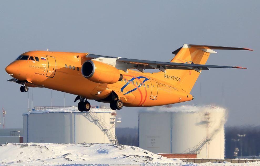 Un rottame dell'aereo precipitato alla periferia di Mosca Antonov AN-148