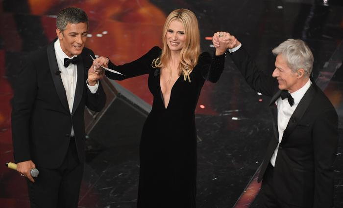 A destra Claudio Baglioni, Michelle e Rosario Fiorello sul palco dell'Ariston