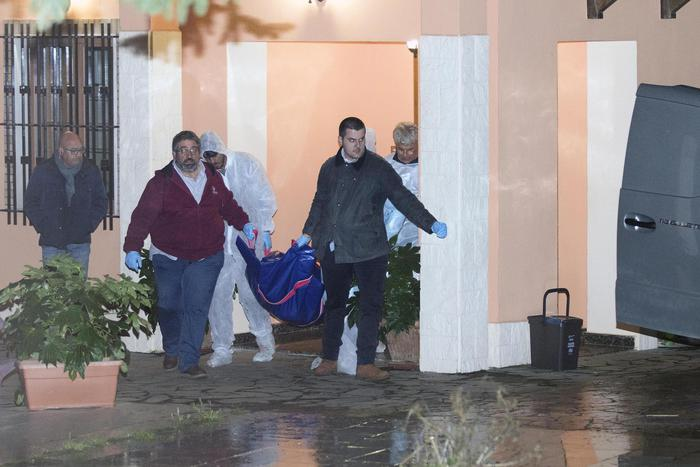 Le salme della famiglia Giordano mentre vengono portate via dalla villa di via Malta a Rende