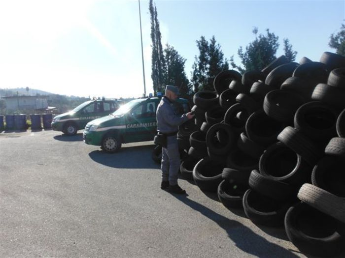 Carabinieri forestali denunciano 4 persone per deposito illegale pneumatici