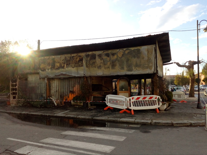 Il bar incendiato a Caulonia