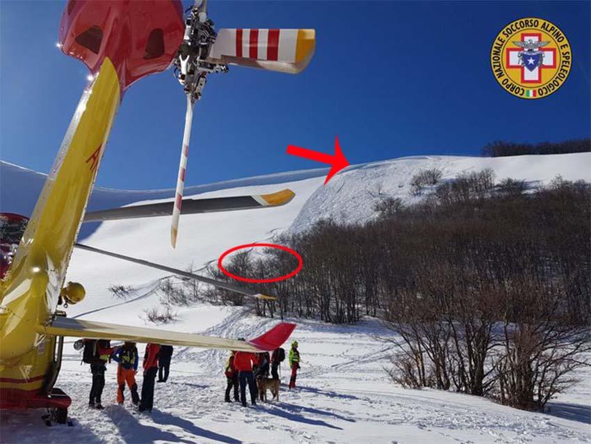 La freccia rossa indica il punto dove si è staccata la valanga, il cerchio dove i due sciatori sono stati trovati