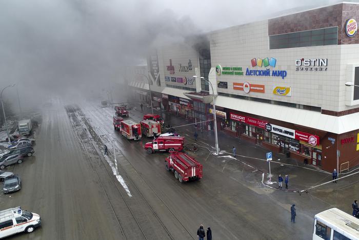Il centro commerciale andato in fiamme a Kemerovo, Russia