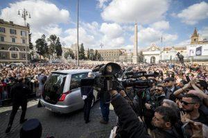 Il feretro di Fabrizio Frizzi lascia la chiesa al termine dei funerali nella Chiesa degli Artisti di piazza del Popolo, Roma, 28 marzo 2018. ANSA/ANGELO CARCONI
