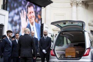 L'arrivo del feretro di Fabrizio Frizzi per i funerali nella chiesa degli Artisti di piazza del Popolo, Roma, 28 marzo 2018. ANSA/ANGELO CARCONI