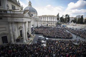 Folla all'esterno della Chiesa degli Artisti di piazza del Popolo dove si svolgono i funerali di Fabrizio Frizzi, Roma, 28 marzo 2018.