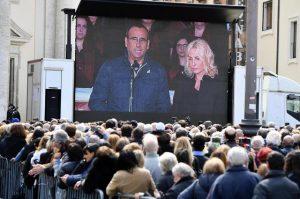 Carlo Conti e Antonella Clerici sul maxischermo all'esterno della chiesa degli Artisti durante i funerali di Fabrizio Frizzi, Roma, 28 marzo 2018. ANSA/ ETTORE FERRARI