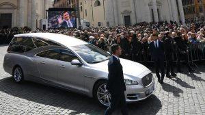 Il carro funebre con il feretro di Fabrizio Frizzi lascia la chiesa degli Artisti in piazza del Popolo a Roma, 28 marzo 2018. ANSA/ETTORE FERRARI