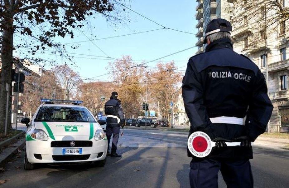 Milano, ubriaca e drogata investe tre vigili urbani