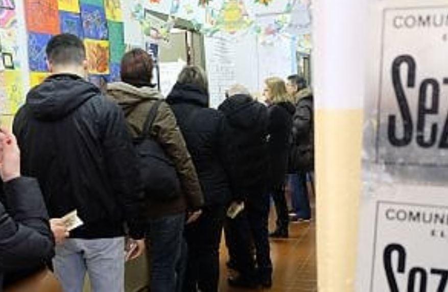 elettori in coda seggi