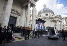L'arrivo del feretro per i funerali di Fabrizio Frizzi nella Chiesa degli Artisti