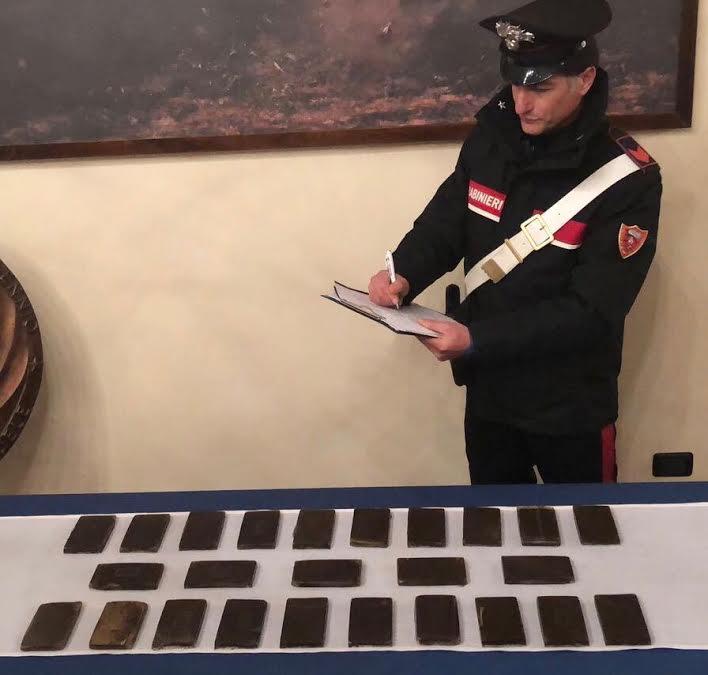 I panetti di hashish sequestrati dai carabinieri a Cosenza