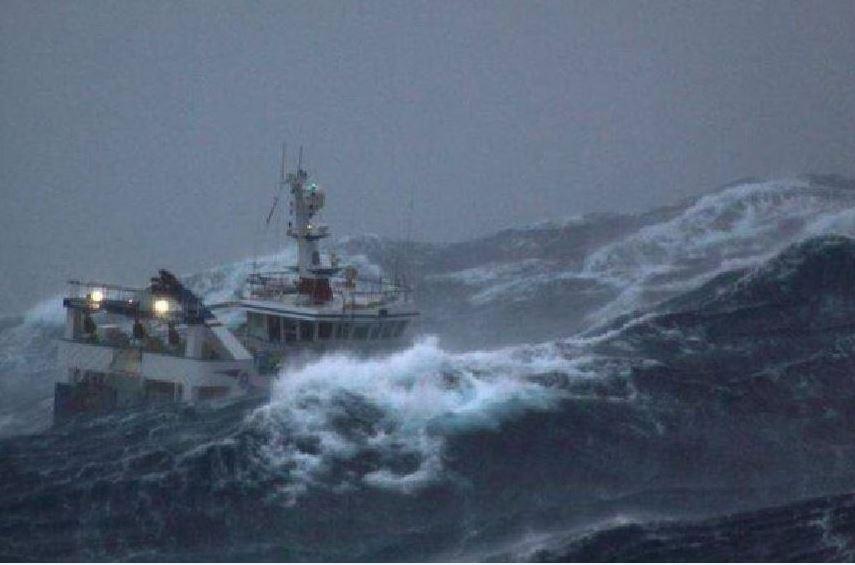 imbarcazione mare in tempesta
