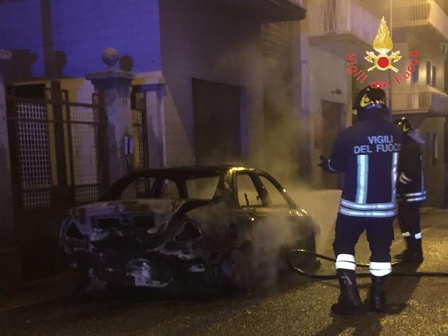 incendio auto, denunciate due donne a Davoli