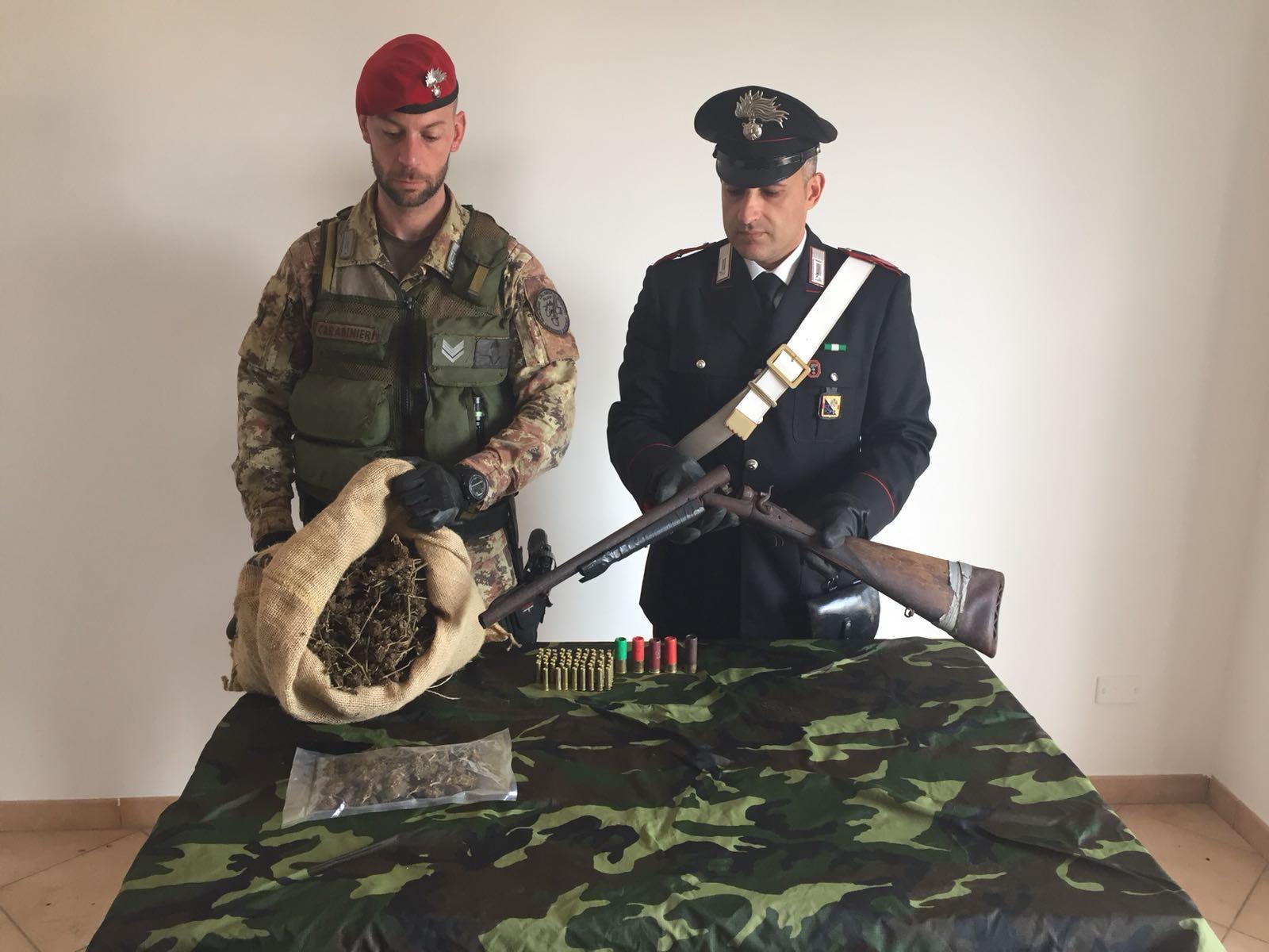 Fucile a canne mozze e il sacco di marijuana trovati a Ciminà
