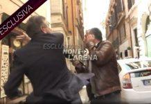Un frame del video che mostra Mario Landolfi mentre picchia il giornalista Danilo Lupo