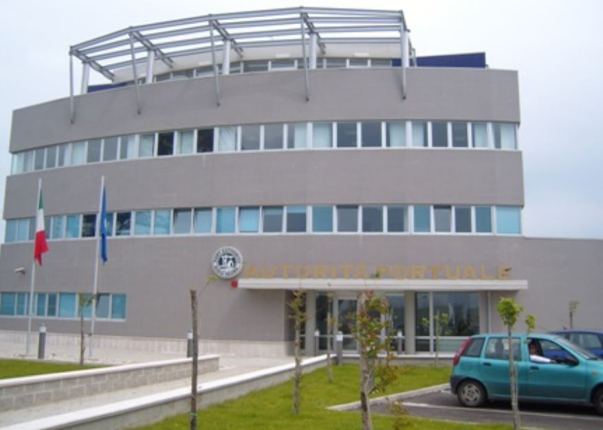 Rubano infissi d'alluminio presso l'ex Isotta Fraschini, 4 arresti