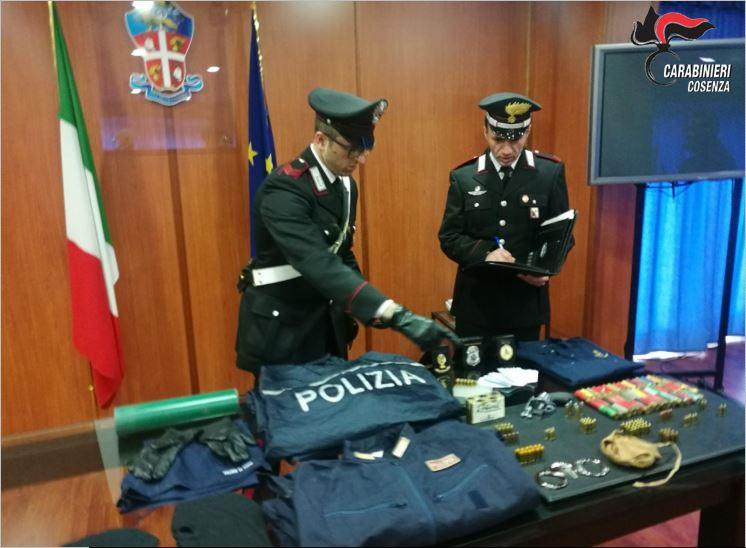 I Carabinieri con il materiale scoperto a San Vito