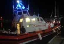 La Guardia costiera porta in salvo nel porto di Roccella Jonica i 23 naufraghi che si trovavano su una barca a vela alla deriva.