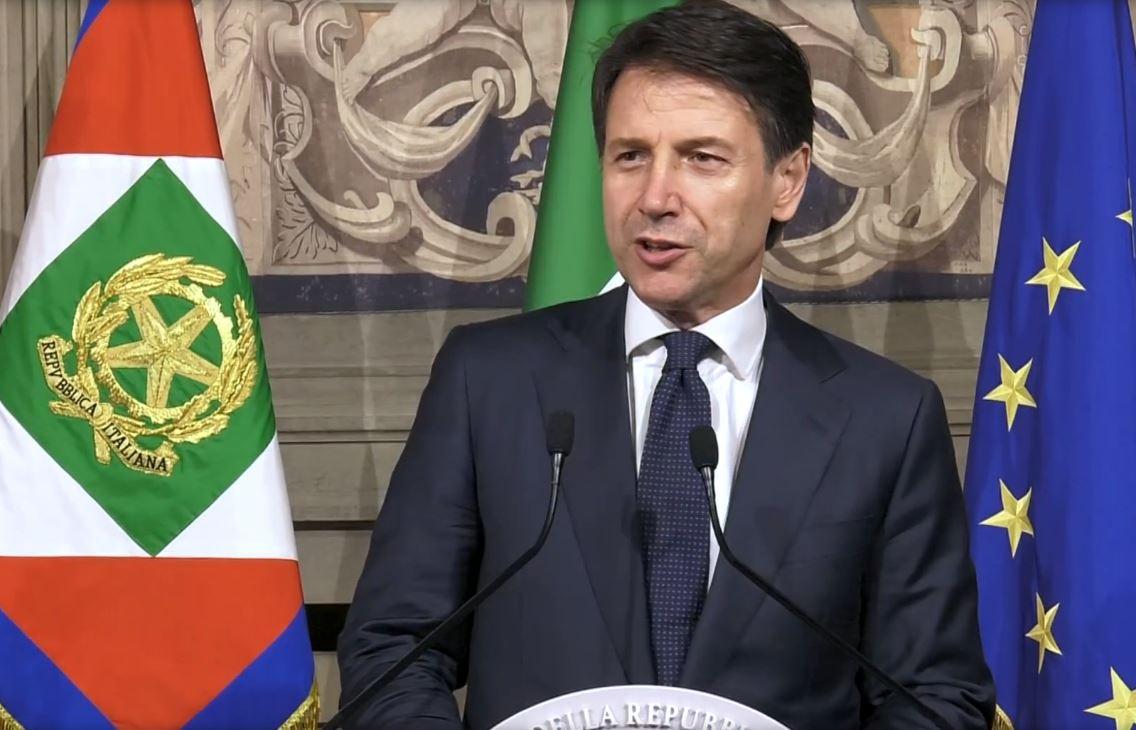 Il neo presidente del Consiglio Giuseppe Conte legge la lista dei ministri