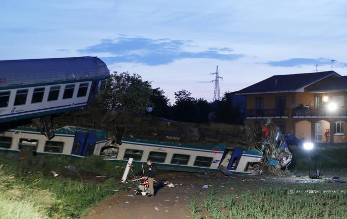 Il treno deragliato a Caluso dopo l'impatto con il Tir