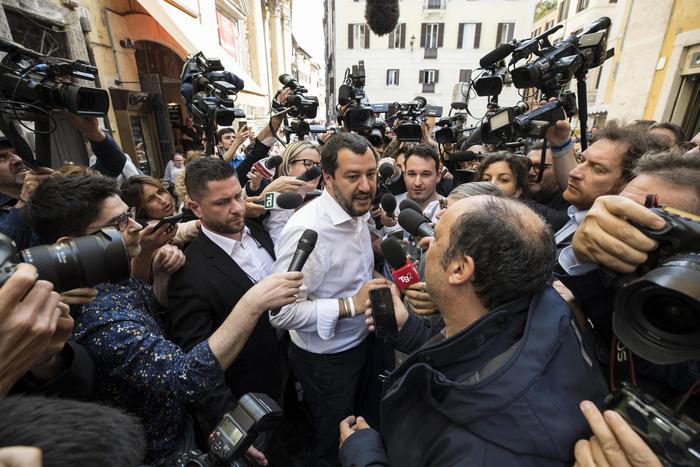 Il segretario della Lega Matteo Salvini assediato dai cronisti nel centro di Roma