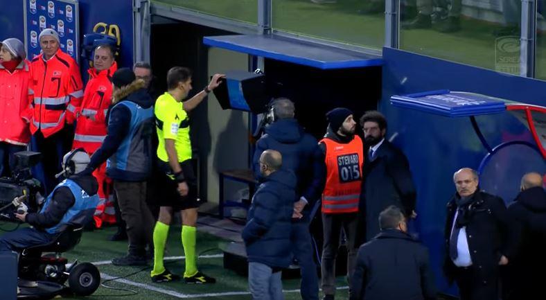 L'arbitro Tagliavento consulta il Var dopo il gol di Ceccherini in Crotone Cagliari
