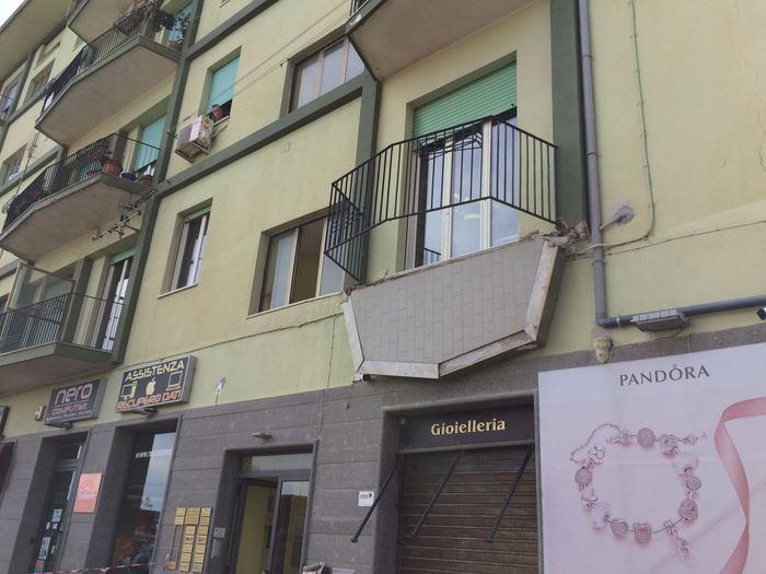 Catanzaro, crolla un balcone: 5 ragazzi precipitano per quattro metri
