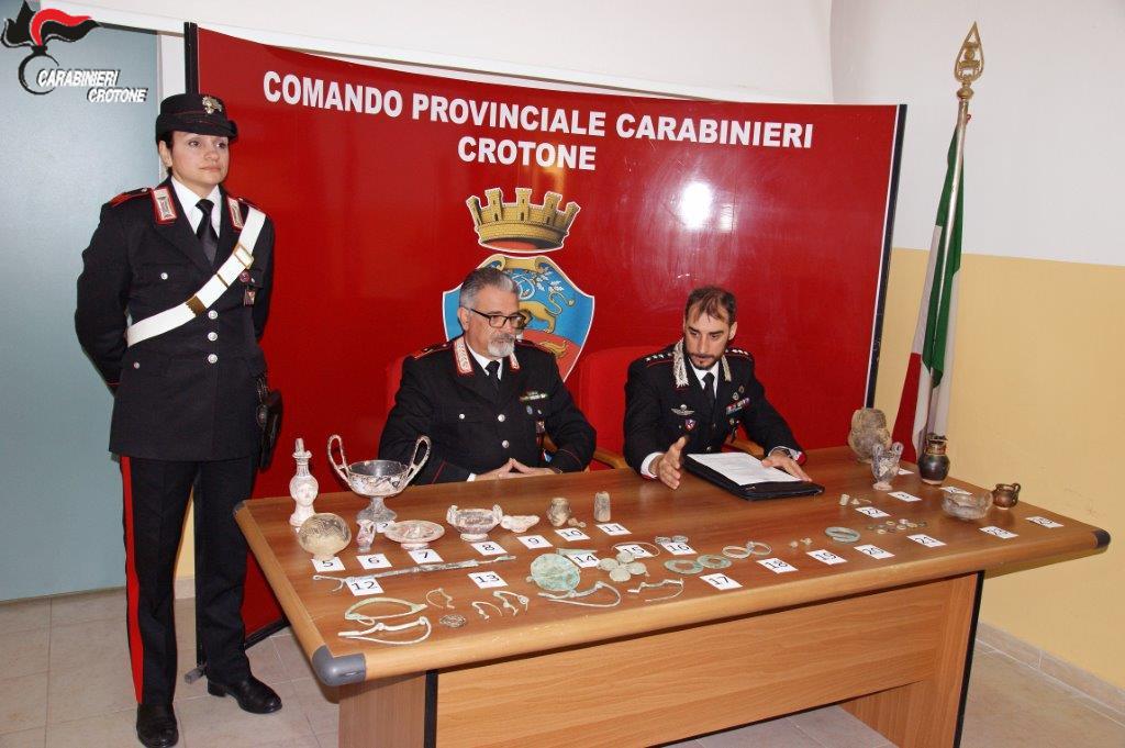 I carabinieri con i reperti scoperti a Cirò Marina