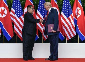 La storica stretta di mano tra Kim e Trump
