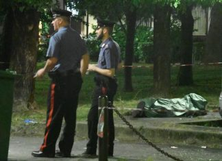 I carabinieri accanto al corpo, ricoperto da un telo, del senegalese ucciso Assane Diallo