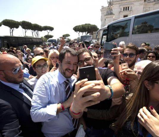 Matteo Salvini accerchiato dalla folla alla festa della Repubblica a Roma
