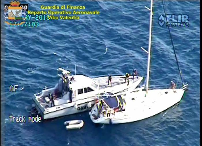I mezzi aeronavali delle Fiamme Gialle della Calabria,, hanno intercettato un veliero dedito al traffico illegale di migranti