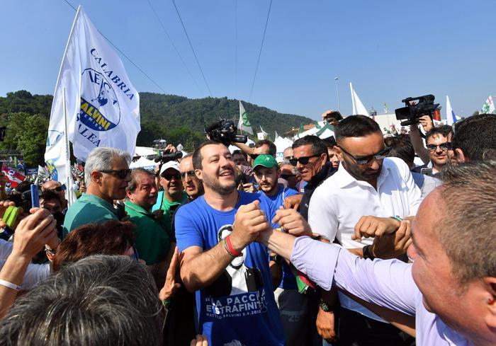 Il segretario della Lega e ministro dell'Interno Matteo Salvini saluta i simpatizzanti al suo arrivo al raduno della Lega a Pontida