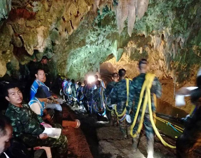 Soccorritori al lavoro davanti alla grotta in Thailandia