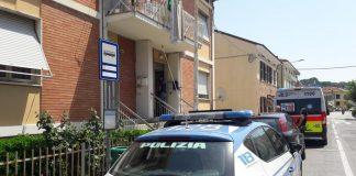 Inquirenti sul luogo in cui Sabrina Malipiero è stata trovata cadavere in una pozza di sangue nel suo appartamento a Pesaro