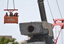Tecnici e periti al lavoro sul ponte crollato