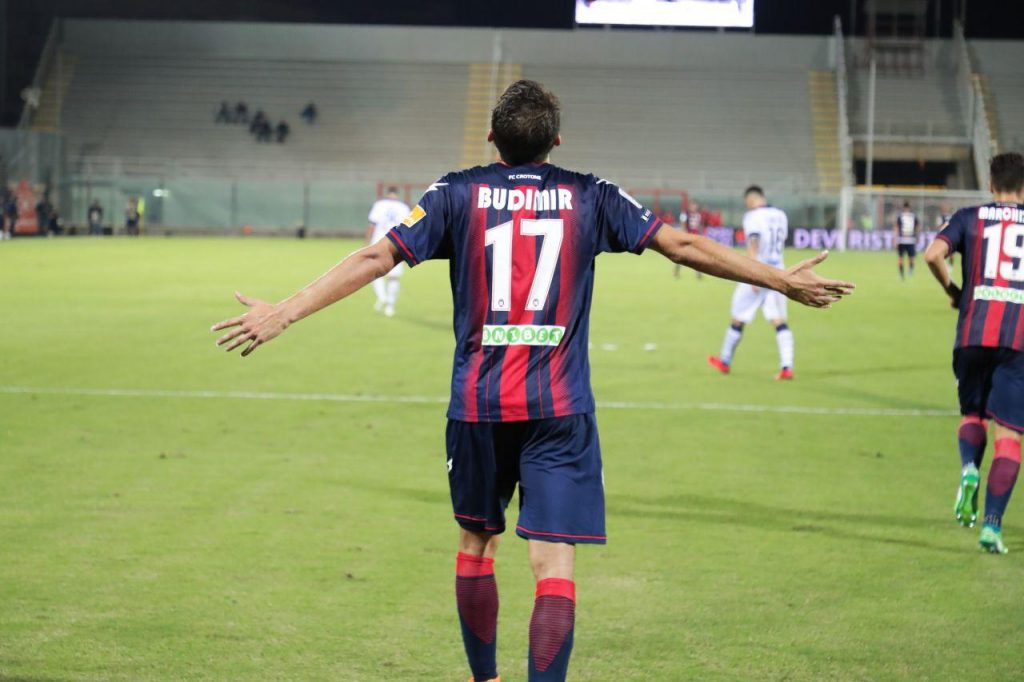 Budimir esulta dopo il goal del pareggio in Crotone Brescia