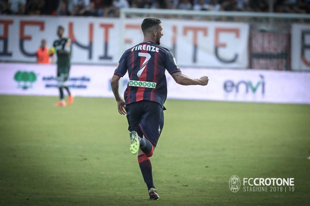 Marco Firenze esulta dopo il goal in Crotone Verona