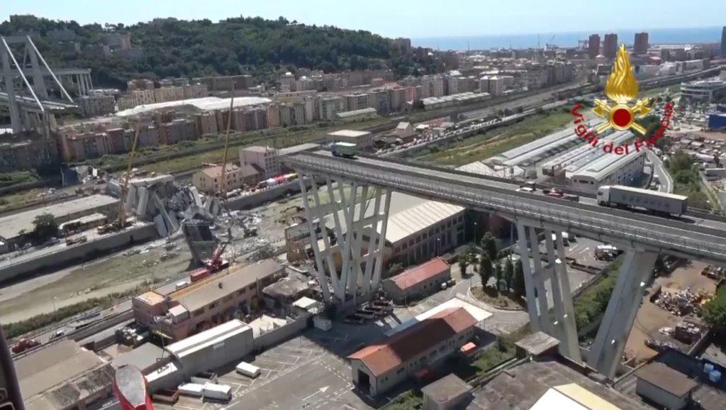 Il ponte crollato visto dall'alto dall'elicottero