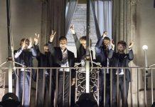 Il vicepremier Luigi Di Maio e i ministri del M5s si sono affacciati dal balcone di palazzo Chigi