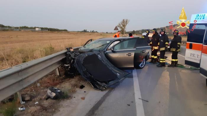 Un morto e due feriti è il bilancio di un incidente sulla strada statale 106