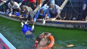 I soccorsi dopo il rovesciamento del traghetto in Tanzania