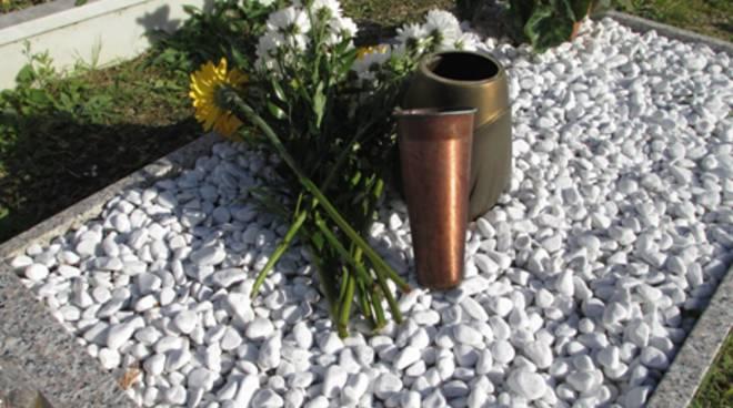 Razzia di vasi in rame al cimitero di Firmo, indignato il sindaco