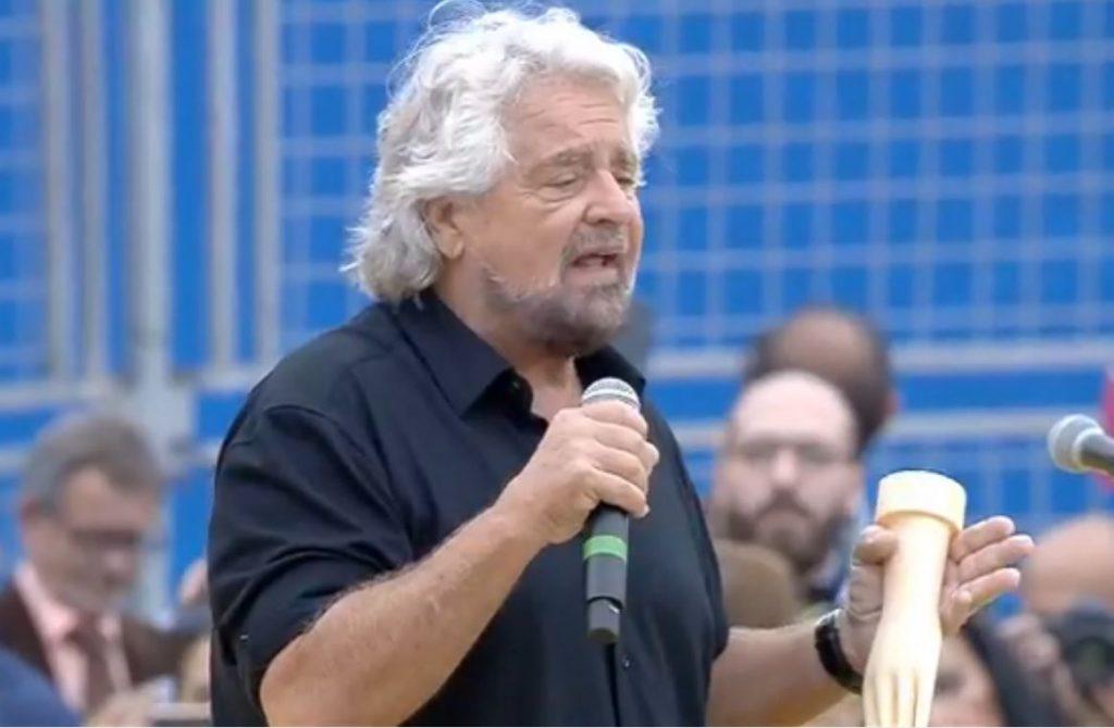 """Beppe Grillo con la """"manina"""" sul palco di Italia a 5 stelle"""