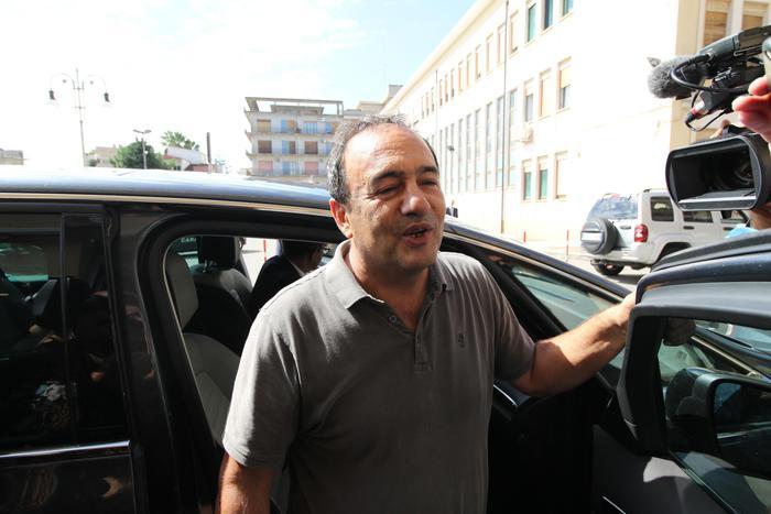 Il sindaco di Riace, Mimmo Lucano arriva in tribunale a Locri