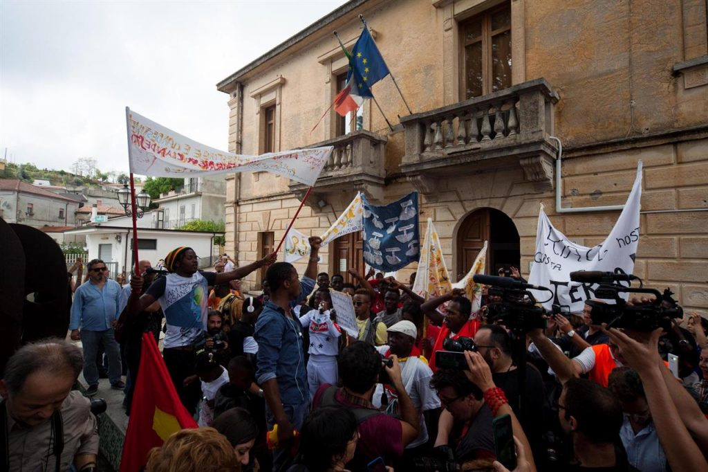 Manifestazione riace migranti lucano